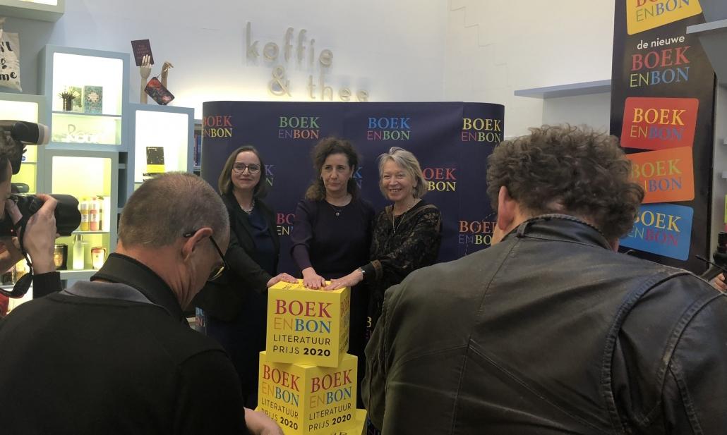 Anne Schroën (Nederlandse Boekenbon B.V.), minister Ingrid van Engelshoven en Winnie Sorgdrager (voorzitter Stichting Jaarlijkse Literatuurprijs voor Fictie en Non-fictie) geven startschot voor de nieuwe prijs